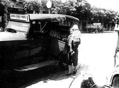 """Los primeros """"autos colectivos"""" eran taxis con trayecto fijo y pasaje compartido. Vemos uno a fines de los años 20 en su punta de línea de Lacarra y Rivadavia. Monster Trucks, Vehicles, Cities, Autos, Car, Vehicle, Tools"""