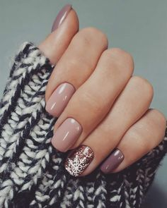 25 christmas nail designs gel sparkle 23 decorinspira com Xmas Nails, Holiday Nails, Christmas Nails, Holiday Makeup, Simple Christmas, Cute Nails, Pretty Nails, Nails Kylie Jenner, Nail Design Glitter