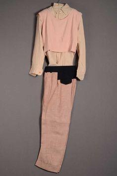 Herenensemble bestaande uit colbert, pantalon, spencer, overhemd en schoenen uit de collectie La Cha Cha Negro