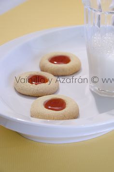 Mantecaditos de guayaba/ Guava cookies Small Desserts, Cookie Desserts, No Bake Desserts, Cookie Recipes, Puerto Rican Cuisine, Puerto Rican Recipes, Sweets Recipes, Wine Recipes, Spanish Desserts