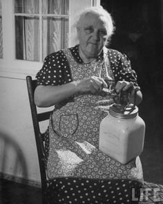 Making Butter with a Butter Churn Antique Photos, Vintage Pictures, Vintage Photographs, Old Pictures, Old Photos, Aprons Vintage, Vintage Farm, Vintage Kitchen, Vintage Housewife