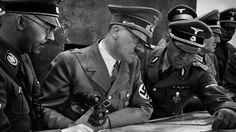 Hitler estudia un mapa con Heinrich Himmler (izq) y Martin Bormann (der).