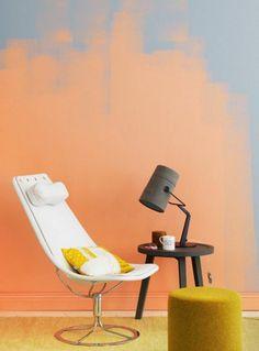deco peinture, tabouret jaune, chaise blanche, petit tablouret noir avec lampe de table