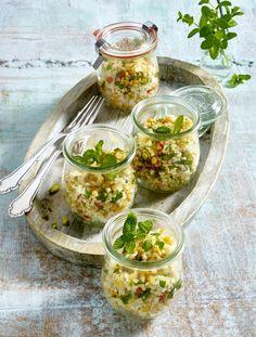 Bulgur-Linsen-Salat       Zutaten für 4 Personen:  125 g Bulgur, Salz, 1 rote Chilischote, 1 Knoblauchzehe, 3 Schalotten, 1 EL Butterschmalz (z.B. von Butaris), 100 g rote Linsen, Saft von 2 Limetten, 125 ml Gemüsebrühe, 85 g Pistazienkerne, 1/2 Topf Minze, Pfeffer, Zucker.  Zubereitung: 1. Bulgur waschen, in einem Sieb abtropfen lassen. Bulgur in 375 ml Wasser aufkochen, mit Salz würzen und ca. 7 Minuten bei schwacher Hitze im offenen Topf unter mehrmaligem Rühren ausquellen lassen. Ca. 30…