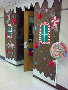 ideas for door decorations classroom christmas gingerbread houses Gingerbread Christmas Decor, Gingerbread Decorations, Christmas Crafts, Gingerbread Houses, School Door Decorations, Office Christmas Decorations, 242, Diy Weihnachten, Door Decorating