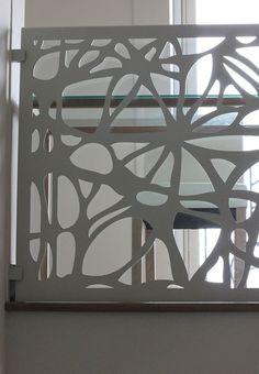 tabla metalica vopsita alb folosita ca balustrada intr-o constructie cu vedere la interior sustinuta de cleme solide