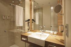 Badezimmer mit Fußbodenheizung und Regendusche