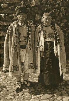 Cum arăta România fotografiată de Kurt Hielscher acum 85 de ani History Of Romania, Classic 350 Royal Enfield, Romania Map, Visit Romania, Folk Costume, Costumes, Folk Embroidery, Cultural Diversity, Medieval Town
