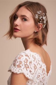No Veil, No Problem! 15 Alternative Bridal Headpieces to Wear at Your Wedding No Veil, No Problem! 15 Alternative Bridal Headpieces to Wear at Your Wedding. Bridal hair accessories and hair styles that work perfectly for your wedding day Short Wedding Hair, Wedding Hair And Makeup, Bride Short Hair, Bridal Hair Accessories, Bridal Headpieces, Headpiece Wedding, Bob Hairstyles, Bob Wedding Hairstyles, Hair Trends