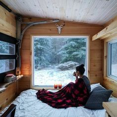 Tiny House Ideas that will change your life ! Buy A Tiny House, Tiny House Living, Tiny House Design, Tiny House Bedroom, Buy House, Bedroom Bed, Master Bedroom, Bedrooms, Winter Cabin