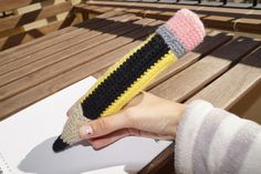 Lápiz/Estuche de Crochet Patrón Gratis en Español http://www.mimundodebaldosasamarilla.blogspot.com.es/2013/12/lapizestuche-de-crochet-con-patron.html