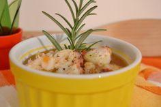 Una zuppa di legumi e cerali con polpo e pomodoro per renderla più squisita