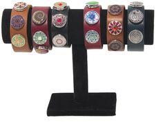 Wow! Lederarmbänder in verschiedenen Farben und jedes sieht so ausgefallen aus! Kreiere nun dein eigenes Armband für deinen perfekten Look.
