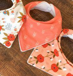 Boho baby gift boho Bib for girl-Girl Bandana Bib-baby Baby Sewing Projects, Sewing Projects For Beginners, Baby Burp Cloths, Baby Bibs, Baby Applique, Diy Scarf, Boho Baby, Baby Crafts, Baby Design