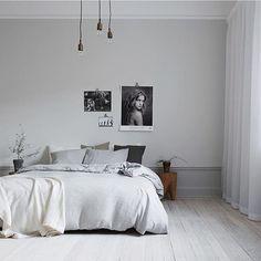 Vi älskar det här sovrummet!  Flortunna vita gardiner i maskintvättbar kvalité, Satriano färg 01.  Foto ; @inredningsfotografen Till salu hos; @eklundstockholmnewyork Styling: @felikocs