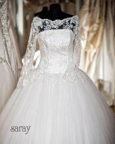 Romantisches Spitze-Tüll Brautkleid. Das Bustier ist elegant mit Spitze verziert, der in die Ärmel übergeht.