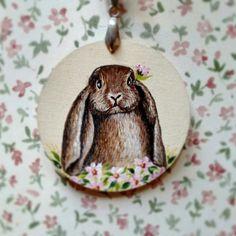 Ciondolo in legno. Dipinto a mano. Coniglietto e fiori.