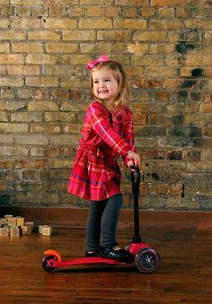 Hulajnoga trójkołowa Mini Micro to genialny środek lokomocji dla najmłodszych dzieci. Dzięki zamontowaniu dwóch kółek z przodu oraz jednemu z tyłu jest stabilna a zarazem uczy utrzymania równowagi poprzez spryty system skrętu kierownicy. http://www.aktywnysmyk.pl/75-hulajnoga-mini-micro