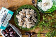 Krämiga kokosbollar med dadlar Acai Bowl, Eat, Breakfast, Desserts, Wordpress, Food, Sweets, Acai Berry Bowl, Morning Coffee