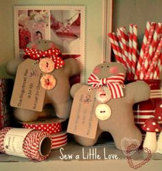Gingerbread Men Sew a little love Gingerbread Crafts, Christmas Gingerbread Men, Gingerbread Decorations, Woodland Christmas, Prim Christmas, Christmas Sewing, Christmas Projects, Holiday Crafts, Christmas Holidays