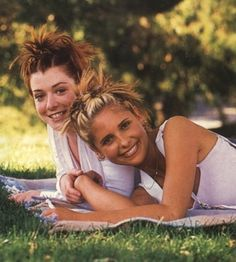 Buffy The Vampire Slayer.Alyson Hannigan Sarah Michelle Gellar, How cute are these two? We remember creating this spiky updo with loadsa butterfly clips Dj Tanner, Oval Face Hairstyles, 90s Hairstyles, Halloween Hairstyles, Hairstyle Short, Natural Hairstyles, Hair Updo, Scene Hair, 1990 Style