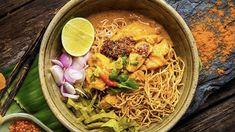 Unser Rezeptvorschlag: Khao Soi Suppe – Kao Soi Chiang Mai Die Khao Soi stammt ursprünglich aus Burma (Myanmar) und ist in Nord-Thailand genau so verbreitet wie in Laos. Rezepte Chiang Mai, Khao Soi, Thai Recipes, Burma, Restaurant, Chefs, Voici, Laos, Bowls
