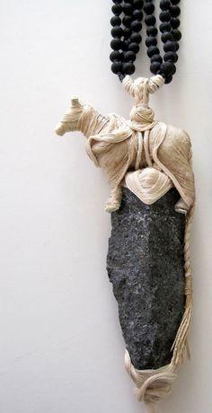 "EXPO Noir basalte - Galit Einav (IL) . : ""Amulet"" necklace - detail"