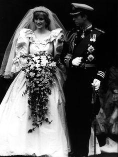 Lady Diana mariage Prince Charles robes de mariée http://www.vogue.fr/mariage/inspirations/diaporama/les-plus-belles-robes-de-marie-des-mariages-royaux/21058/carrousel#diana-spencer-en-robe-de-marie-david-et-elizabeth-emanuel-lors-de-son-mariage-avec-le-prince-charles-la-cathdrale-saint-paul-de-londres-le-29-juillet-1981
