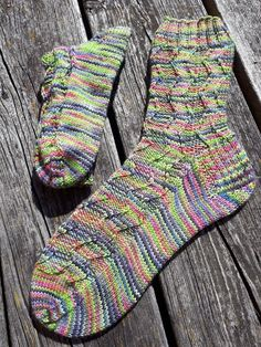 Ausführlich beschrieben inkl. Grundanleitung und Chart Socks, Chart, Sneaker, Fashion, Knitting For Kids, Knit Socks, Simple, Fashion Styles, Hosiery