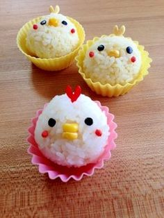 Onigiri of the Rooster Family - Kawaii Yummy ≧◡≦ - Bento Ideas Bento Box Lunch For Kids, Bento Kids, Cute Lunch Boxes, Bento Recipes, Baby Food Recipes, Comida Disney, Kawaii Bento, Food Art For Kids, Cute Desserts