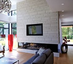 Maison avec look contemporain de brique et pierre ideas for Brique foyer interieur