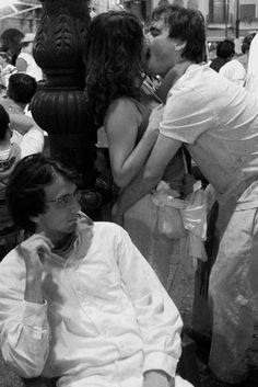 Ferdinando Scianna Spain, Pamplona: San Firmin celebration. Kiss. ©Ferdinando Scianna/Magnum Photos