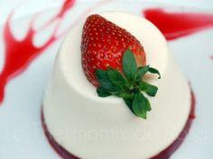Panna cotta con gelatina de frambuesa y fresas