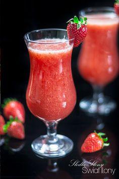Słodko-słony świat Ilony...: SZAMPAN Z MUSEM TRUSKAWKOWYM Party Drinks, Cocktails, Sweet And Salty, Mojito, Hurricane Glass, Champagne, Stuffed Mushrooms, Beverages, Strawberry