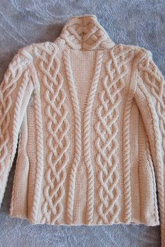 Jennipoo's Fireside Sweater, the back. Aran Knitting Patterns, Knitting Designs, Knit Patterns, Knitting Projects, Knitting Magazine, How To Purl Knit, Cable Knit, Lana, Celtic