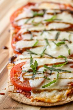 Delicious Caprese Flatbread Pizza filled with mozzarella, tomato and basil - so easy and quick and tastes just like the recipe at Disney Wo. Pizza Recipes, Copycat Recipes, Appetizer Recipes, Dinner Recipes, Appetizers, Cooking Recipes, Healthy Recipes, Party Recipes, Dip Recipes