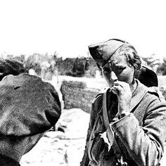 Fanny Schoonheyt. Holandesa. Instructora de ametralladoras y voluntaria antifascista. Agosto de 1936. Frente de Aragon. Días después de tomarle dicha fotografía murió en combate.