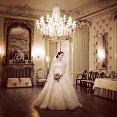 Brud på Hvedholm slot, Fyn. #instawed #instawedding #bridesmaids #weddingdress…
