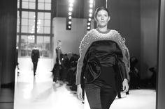 Gisele Bündchen au défilé Balenciaga automne-hiver 2014-2015 http://www.vogue.fr/mode/inspirations/diaporama/fashion-week-paris-les-coulisses-automne-hiver-2014-2015-jour-3-fw2014/17785/image/973427#!gisele-buendchen-au-defile-balenciaga-automne-hiver-2014-2015