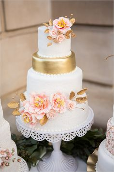 gold and pink wedding cake @weddingchicks