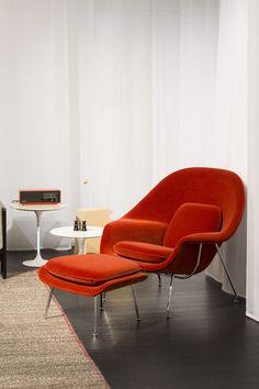We love this chair! Saarinen Womb Chair, Salone Photo by A. Minimalist House Design, Minimalist Home, Furniture Styles, Furniture Design, Chair Design, Furniture Ideas, Womb Chair, Red Home Decor, Minimalist Furniture