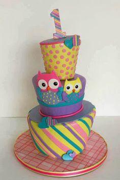 Pastel de cumpleaños de colores con pareja de buhos
