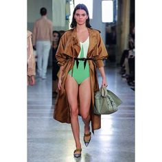 Our fav millennial @kendalljenner @gigihadid @bellahadid strut their way down the @bottegaveneta runway to model the Italian house's spring/summer 2018 collection. They rocked the summer statement pieces in practical silhouette that oozed utilitarian vibes with a sassy touch of vivid colors and playful fringes. Oh summer please come faster!  #ELLERunway #BottegaVeneta (Associate Fashion Editor @erikataniad) via ELLE INDONESIA MAGAZINE OFFICIAL INSTAGRAM - Fashion Campaigns  Haute Couture…