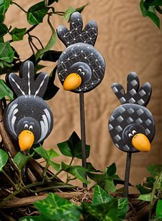 Crows On A Stick .these coulde be cut out of tin or aluminum cans and attached to garden stakes .love the cute idea! Tin Can Crafts, Clay Crafts, Arts And Crafts, Aluminum Can Crafts, Pintura Country, Country Paintings, Paperclay, Glass Birds, Painting Patterns