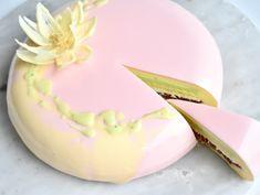 Inden vi ser os om, er foråret over os.. Og netop savnet til foråret, var min inspiration til denne kage… Det er uden tvivl, en af de bedste kager jeg nogensinde har lavet.. Den er sød, syrli…