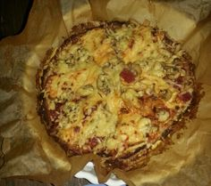 Coliflowerpizza with meat, mushrooms and cheese