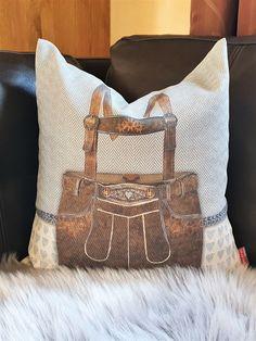 Das dekorative Kissen , prall gefüllt mit 100% österreichischer Zirbenspäne, trägt zu einem entspannten Raumklima bei. Throw Pillows, Bed, Decorative Throw Pillows, Schnapps, Boards, Gifts, Toss Pillows, Cushions, Stream Bed