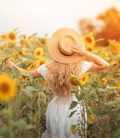 Beautiful curly young woman in a sunflower field holding a wicker hat. Portrait of a young woman in the sun. Sunflower Feild, Sunflower Field Pictures, Sunflower Patch, Pictures With Sunflowers, Portrait Photography Poses, Photography Poses Women, Sunflower Field Photography, Cute Poses For Pictures, Photoshoot Themes