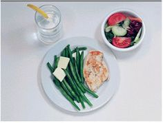 What Does a 300 Calorie Meal REALLY Look Like?  Chicken - 345 Calories  6 oz of chicken 1 cup of green beans 2 pats of low-fat butter 1 small tossed salad 2 tablespoons reduced fat oil and vinegar dressing 12 oz water