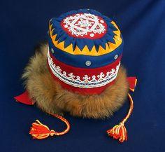Nieiddagahpir, Lujávre - Saami girl's hat from Lovozero (Lujávre) Folk Clothing, Native Style, Girl With Hat, Finland, Christmas Stockings, Captain Hat, Crochet Hats, Costumes, Embroidery
